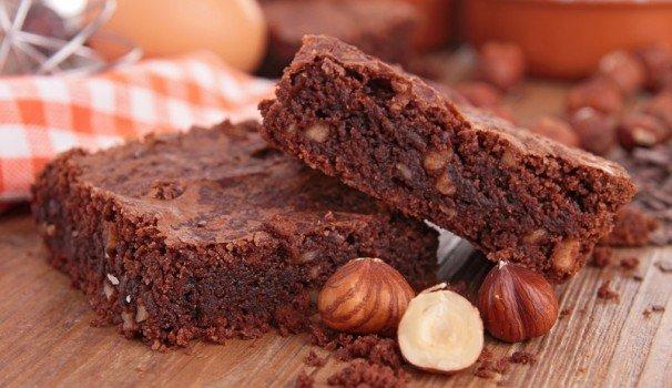 brownies alle rape rosse, triplo cioccolato e nocciole