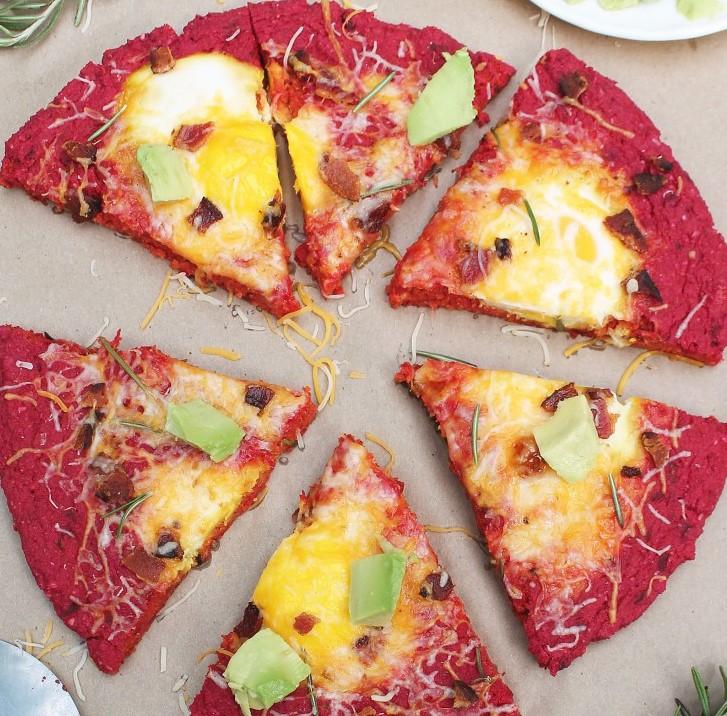 pizza in rosso con bacon e uova