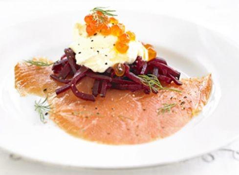 salmone affumicato con rape rosse e panna acida