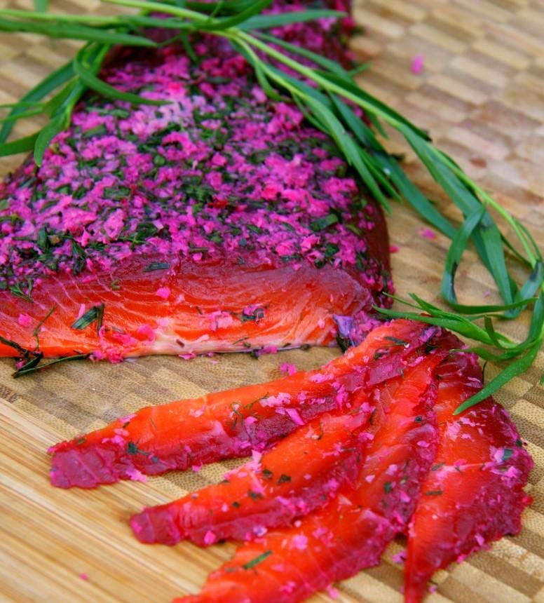 salmone marinato con rape rosse, aneto, dragoncello e rafano