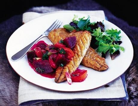 sgombro fritto con salsa di barbabietole, pomodori e lime