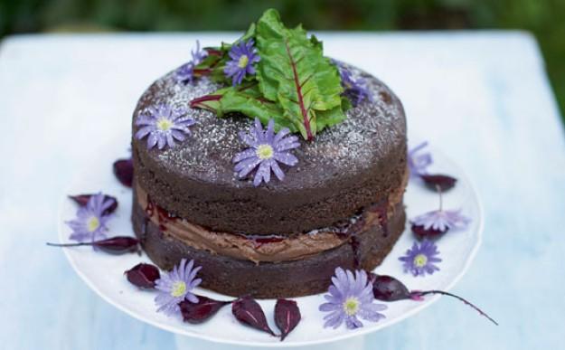 Torta con rape rosse, cacao e confettura di ciliege